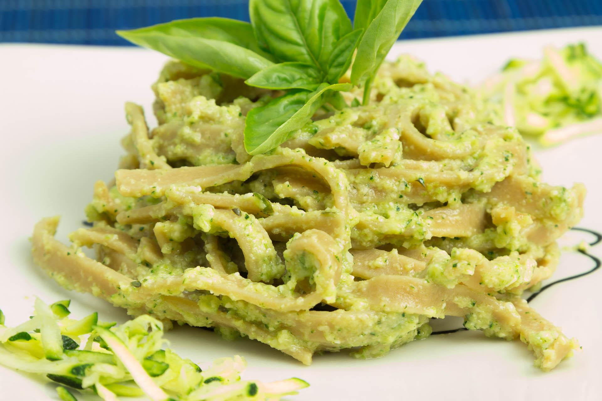 Pasta di ceci con pesto di zucchine